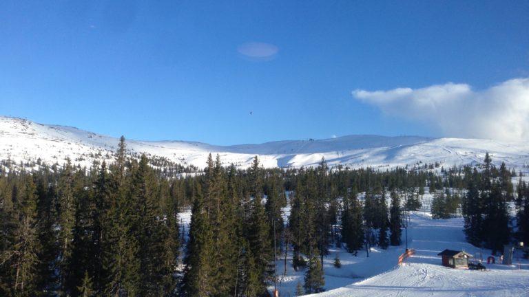 Skifahren auf weißem Schnee unter blauem Himmel in Trysil Norwegen