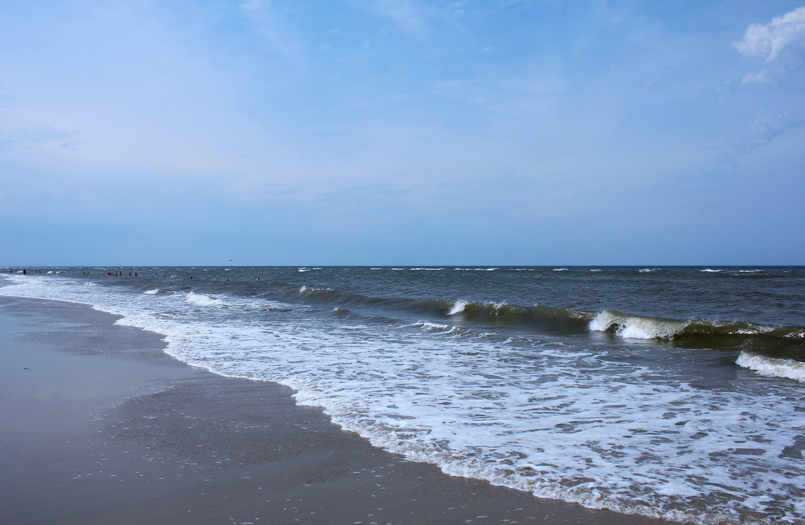 Wellen peitschen auf den Strand von Juist.