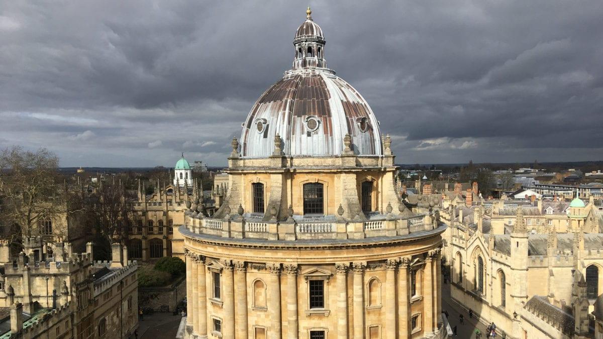 Die Radcliffe Camera in Oxford vor einem wolkenverhangenen Himmel