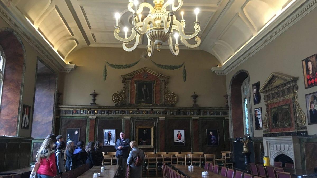 Der Speisesaal des Trinity College in Oxford mit einer Touristengruppe