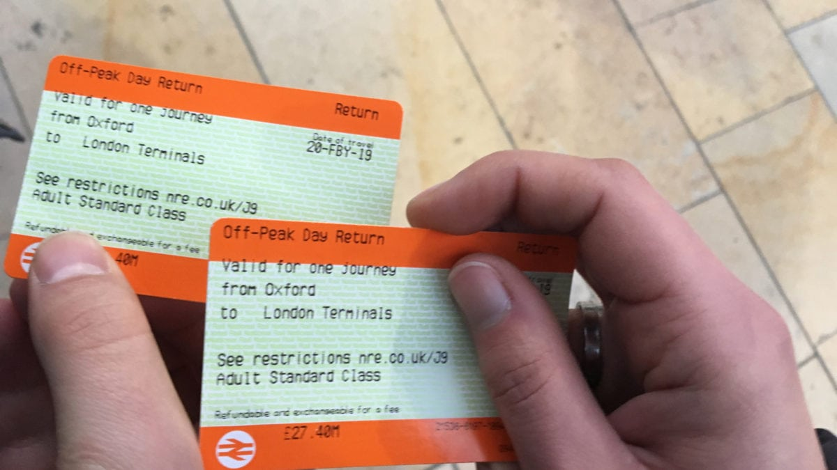 Zugtickets von London nach Oxford in der Hand
