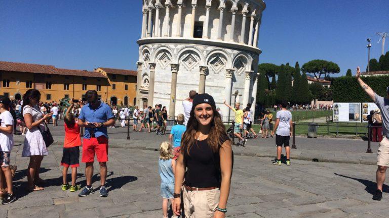 Julia vor dem Schiefen Turm von Pisa