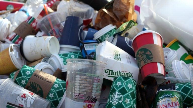 Plastikmüll im Flugzeug