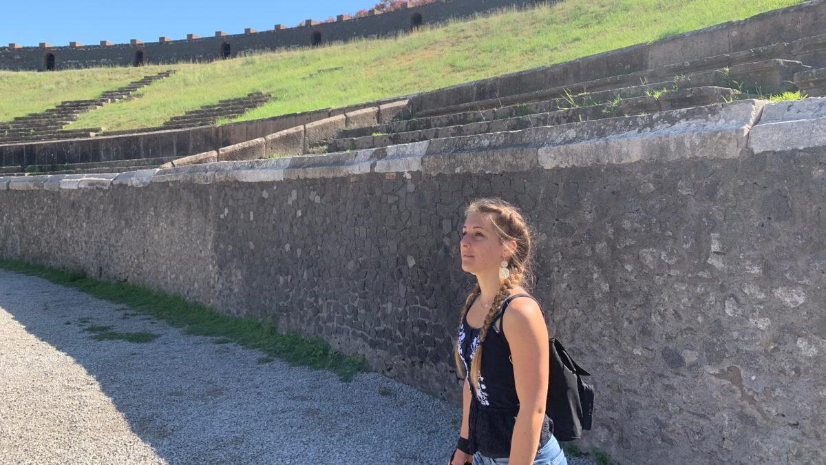Julia im Amphitheater in Pompeji
