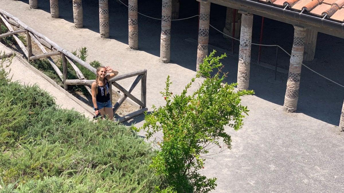 Julia an der Mysterienvilla in Pompeji
