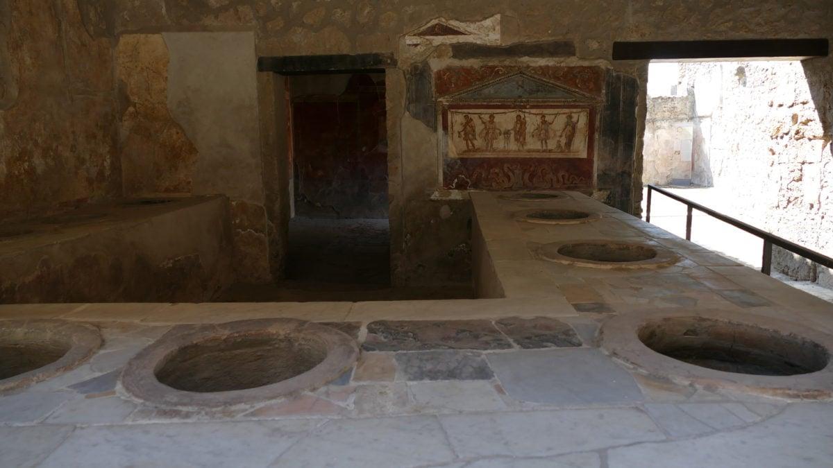 Eine antike Taverne in Pompeji mit Löchern im Tresen als Aufbewahrungsort