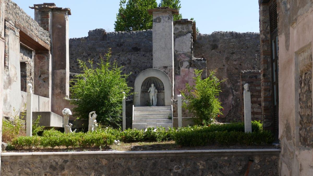 Ein Garten einer Villa in Pompeji mit Tempel