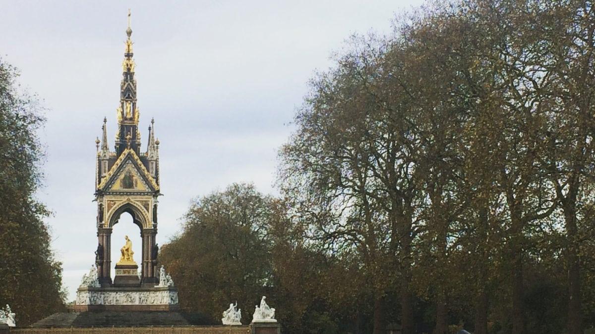 Das gold-schwarze Prince Albert Memorial in London steht in den Kensington Gardens unweit der Royal Albert Hall und erinnert an den Gemahl von Queen Victoria.