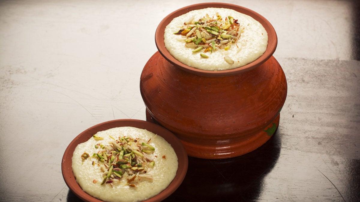 Der arabische Reispudding wird traditionell in einem Tontopf serviert und mit Pistazien garniert.