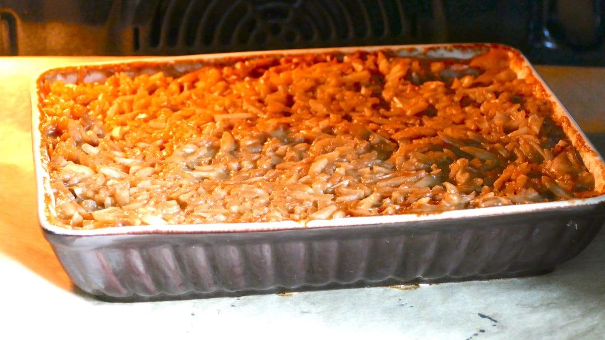 Die Zutaten für den indonesischen Reispudding in eine Auflaufform geben und dann einfach für zwei Stunden im Ofen backen