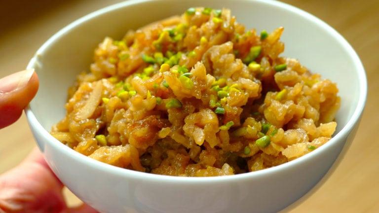 Der indonesische Reispudding als vegane Variante bestreut mit Pistazien in einer Schale