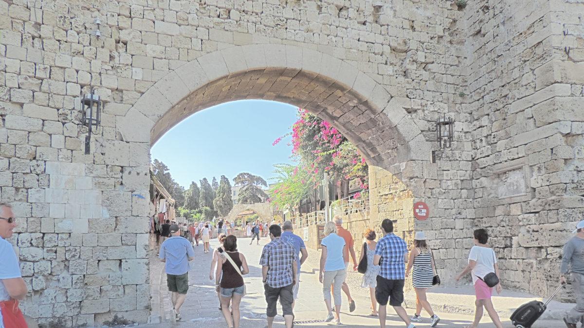 Stadttor von Rhodos mit Menschen