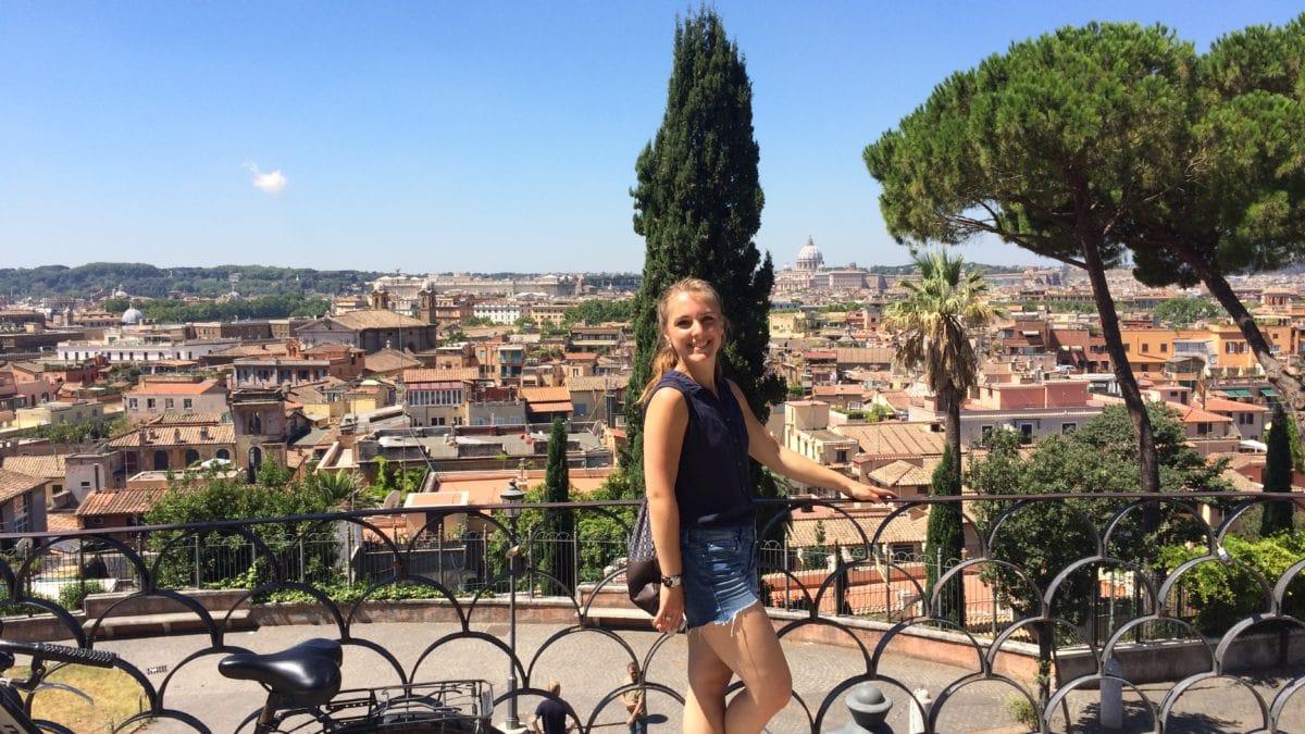 Julia mit Rad in der Villa Borghese
