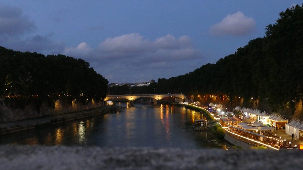 Nächtlicher Spaziergang am Tiberufer in Rom