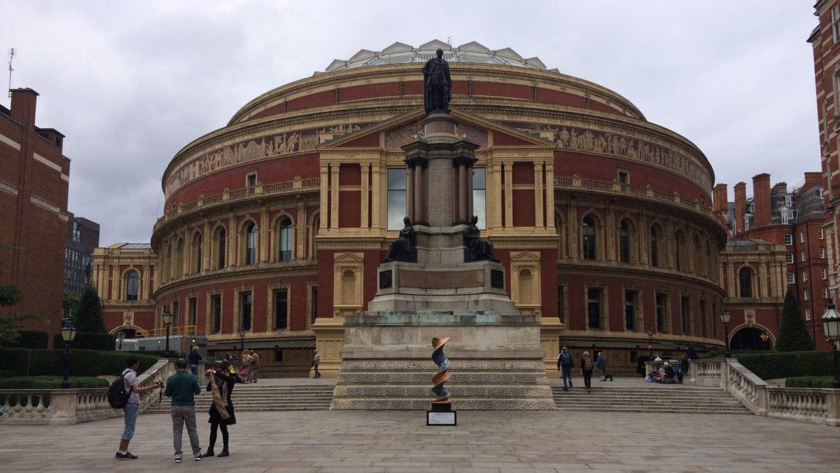 Die Royal Albert Hall in London steht am Kensington Gore auf dem ehemaligen Gelände der Weltausstellung aus dem 19.Jahrhundert. Heute ist die Halle eine weltbekannte Konzerthalle.