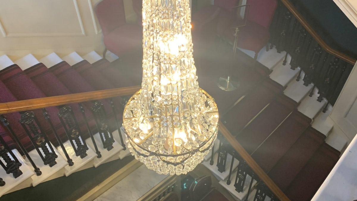Die Königsfamilie hat einen privaten Aufgang zu ihrer Box in der Royal Albert Hall. Der Kronleuchter setzt diesen Gang passend in Szene.