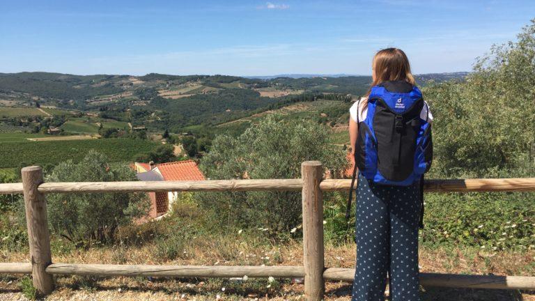 Julia mit Rucksack in Italien