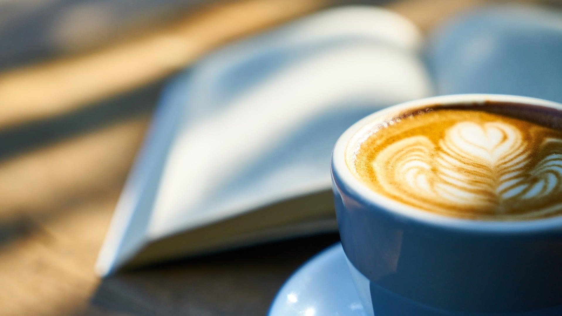 Ruhe: Im Café ein Buch lesen