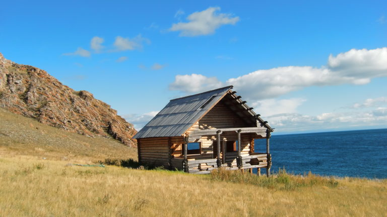 Holzhaus am Hang auf Olkhon Island im Baikalsee in Russland