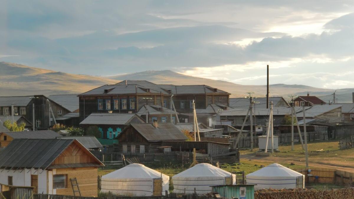 Jurten und Häuser auf Olkhon Island im Baikalsee in Russland