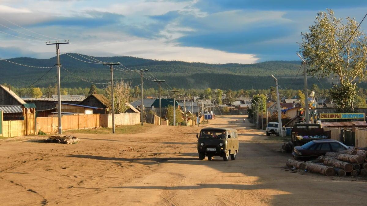 Ein Auto durchquert die Ortschaft Khuzhir auf Olkhon Island im Baikalsee in Russland
