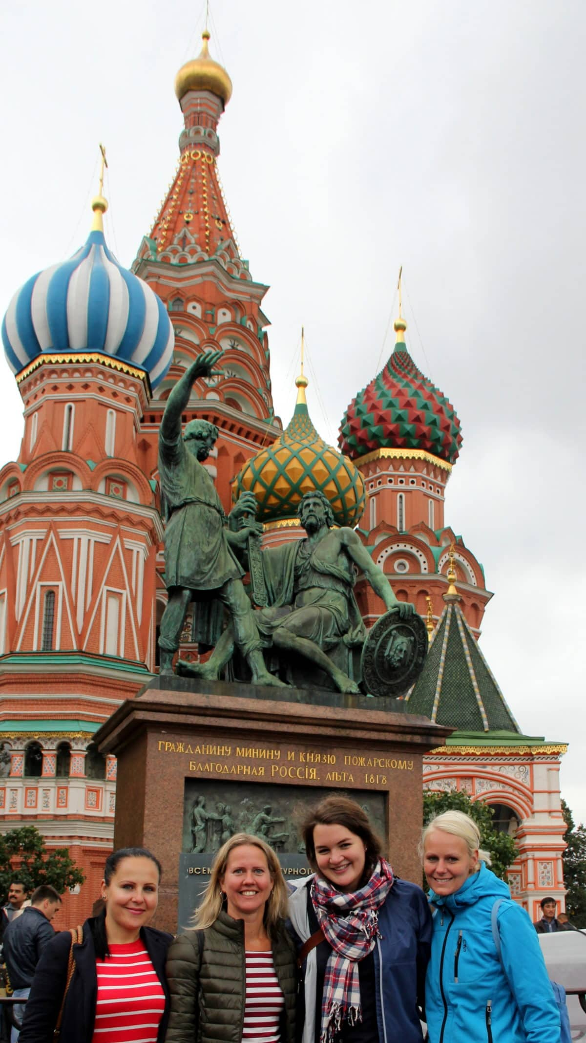Maria, Marie, Verena und Birte vor der Domkirche in Moskau
