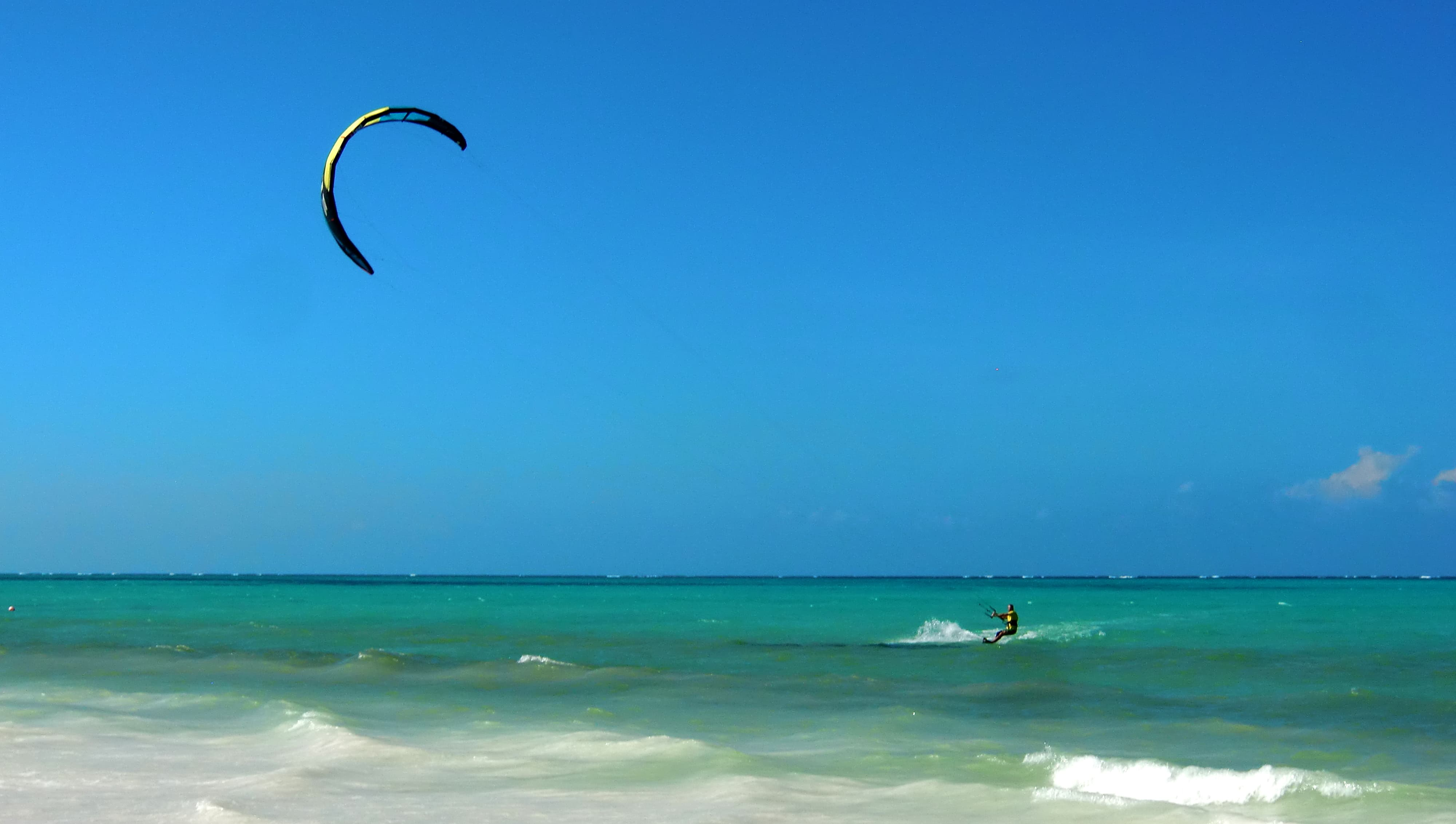 Gunnar beim Kitesurfen auf Sansibar