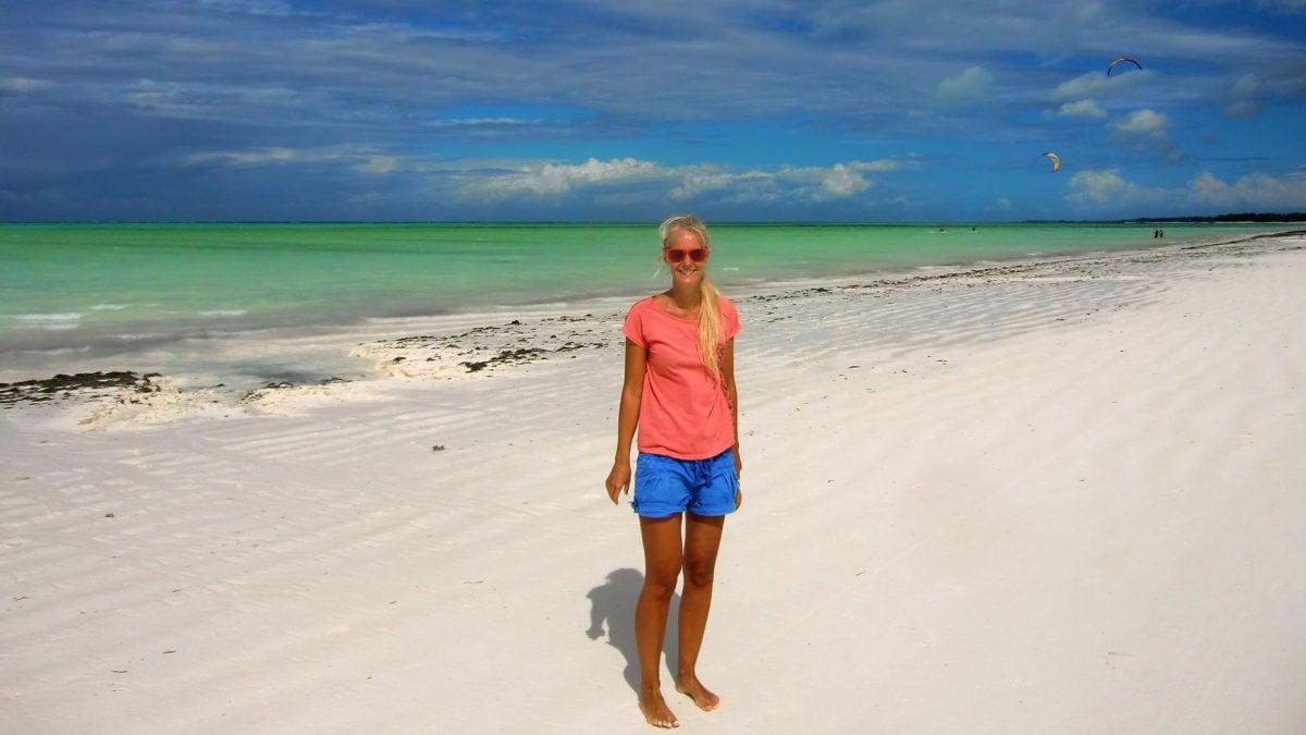Birte auf Sansibar am Strand von Paje