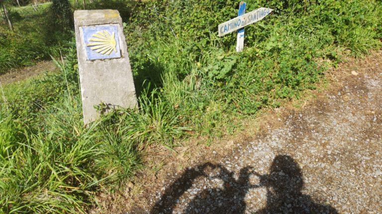 Die Schilder deuten den Weg zum Ziel des Jakobsweges