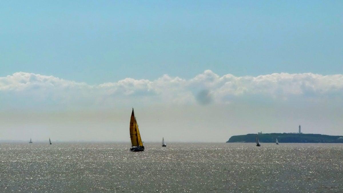 Segelboote fahren vor der Küste von Wales