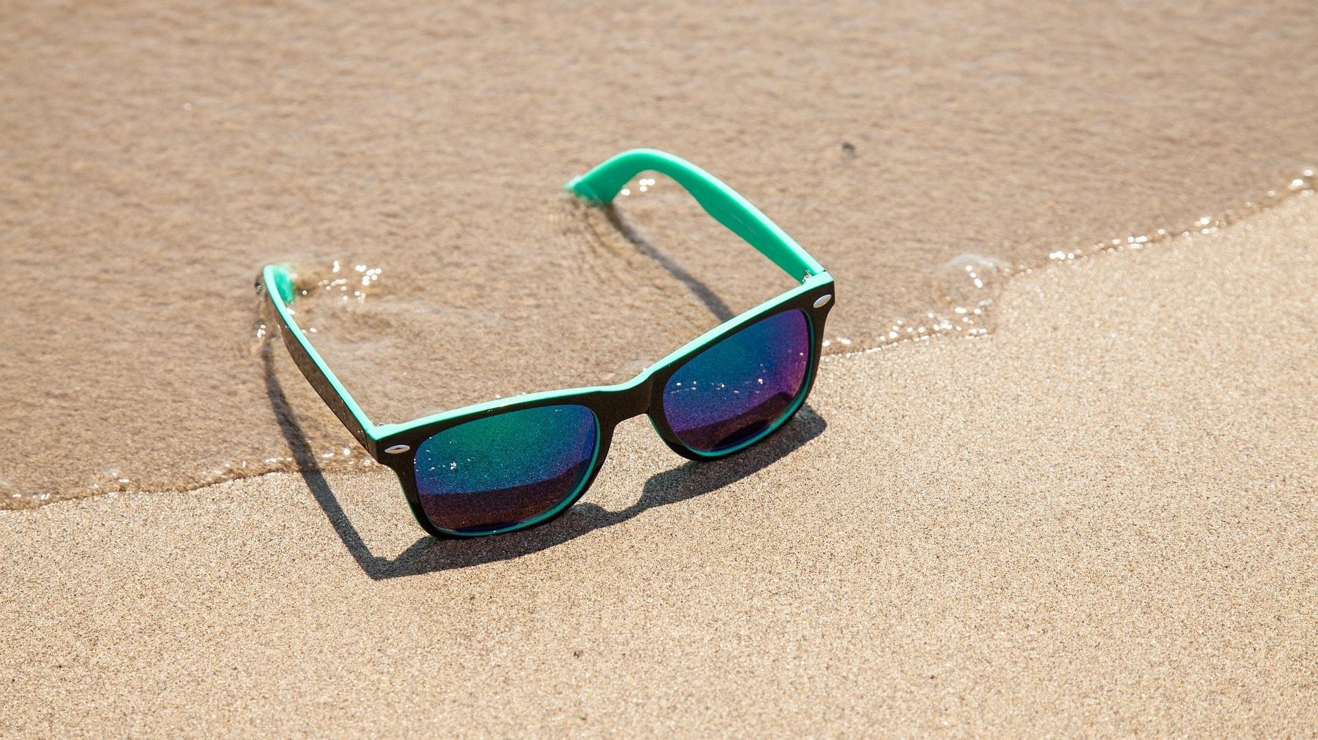Eine Sonnenbrille ist im Urlaub natürlich nicht nur ein modisches Accessoire: Sie schützt die Augen – mit oder ohne Sehstärke.