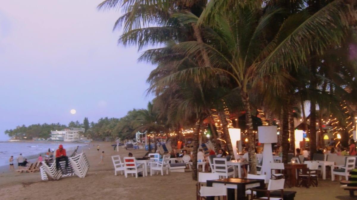 Abendstimmung bei Sonnenuntergang am Strand von Cabarete in der Dominikanischen Republik