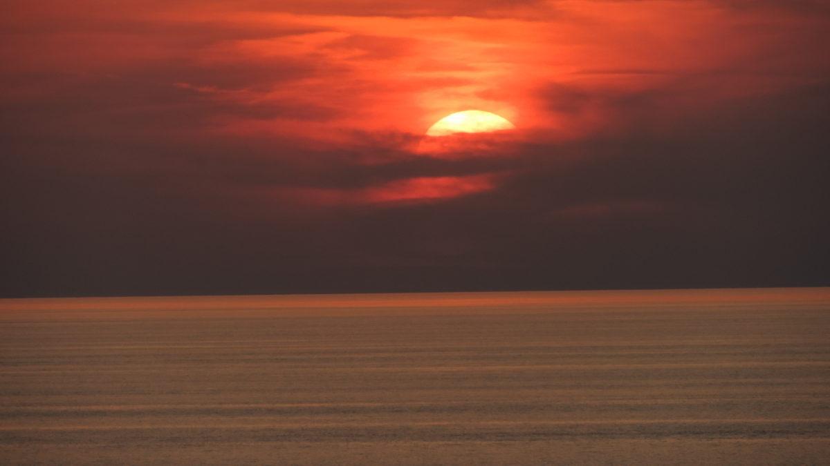 Roter Sonnenuntergang auf dem Meer