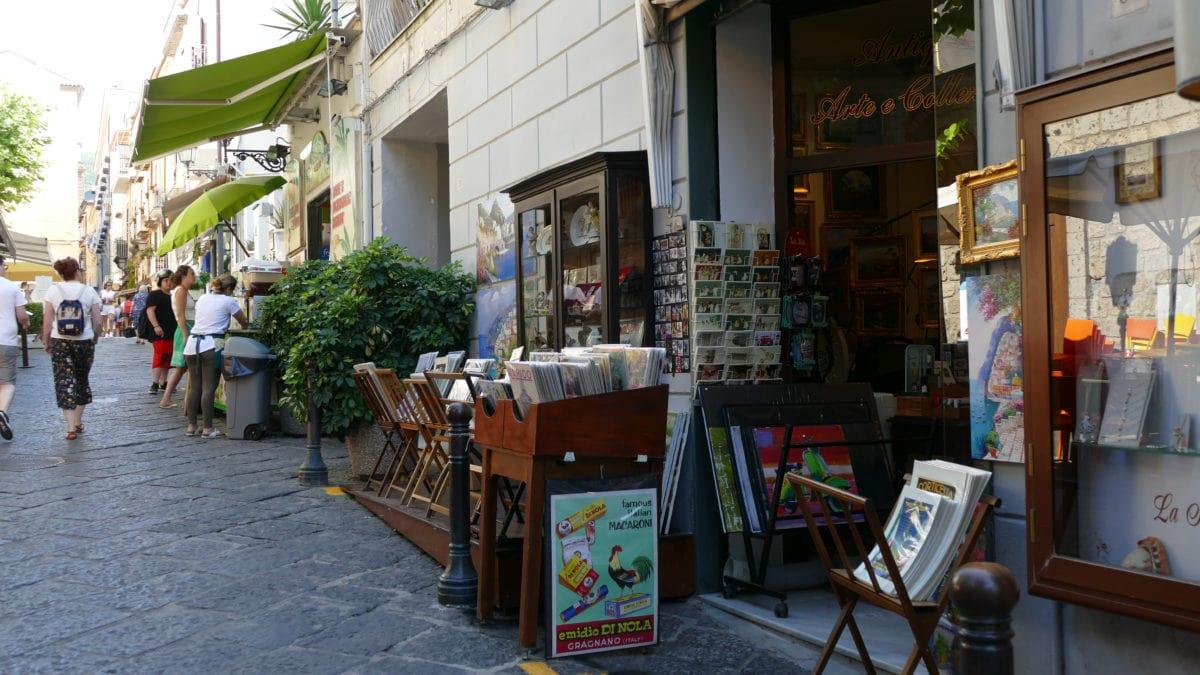 Ein Kunsthandel in einer Gasse in Sorrent