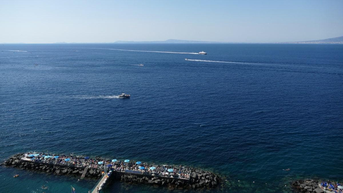 Eine Badestelle im Golf von Neapel in Sorrent