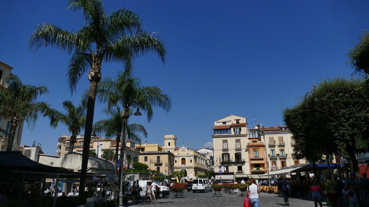 Blick über eine Straße zur Piazza Tasso im Herzen von Sorrent