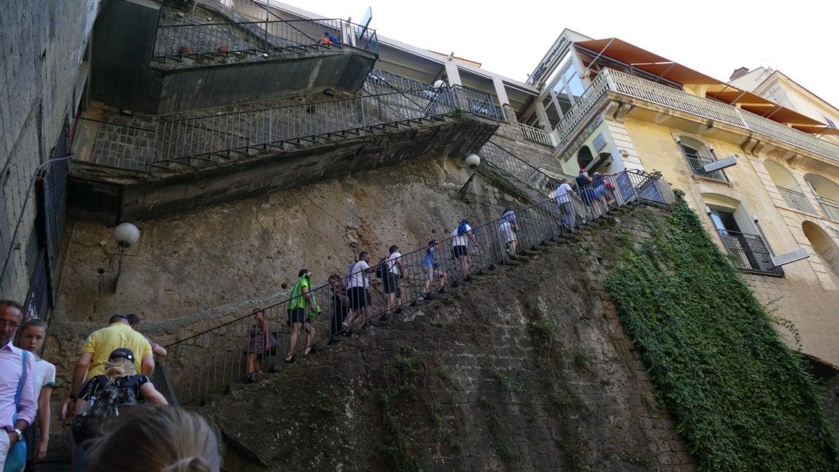 Der Aufgang über eine steile Treppe entlang der Steilküste in Sorrent