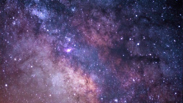 Ein sternenübersähter Nachthimmel im Weltraum