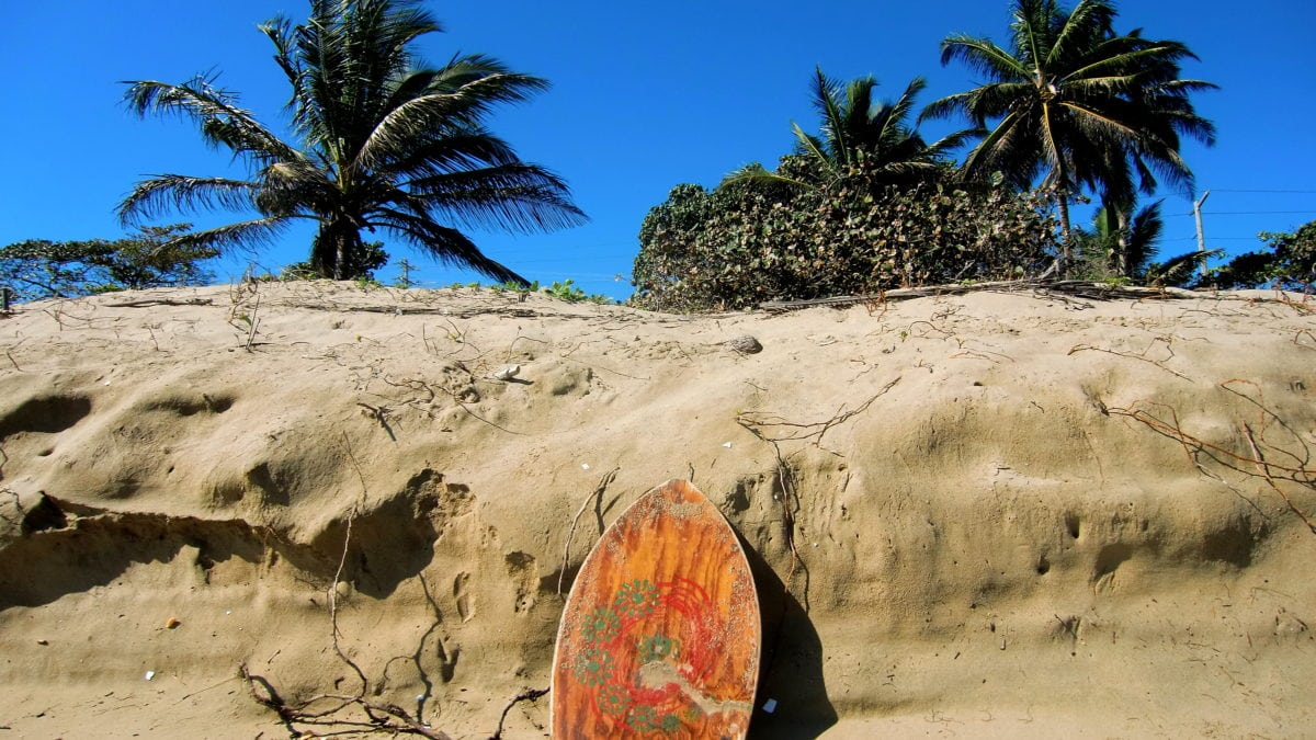 Gestrandetes Surfbrett in Cabarete in der Dominikanischen Republik