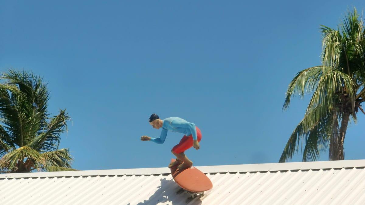 Surfer auf dem Dach in Cabarete in der Dominikanischen Republik