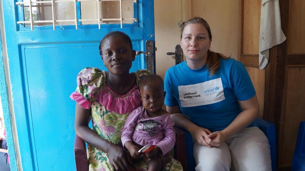 Susanne Stocker von UNICEF im Kongo mit Mutter und Tochter