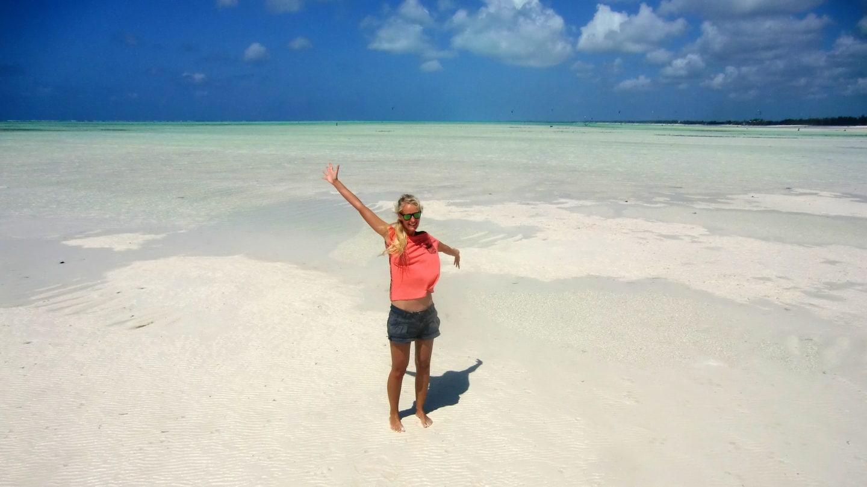 Birte am Strand von Paje in Sansibar bei Ebbe