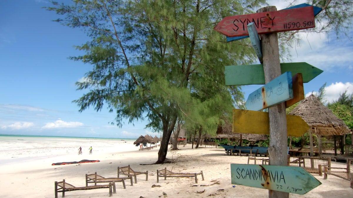Wegweiser am Strand von Paje auf Sansibar