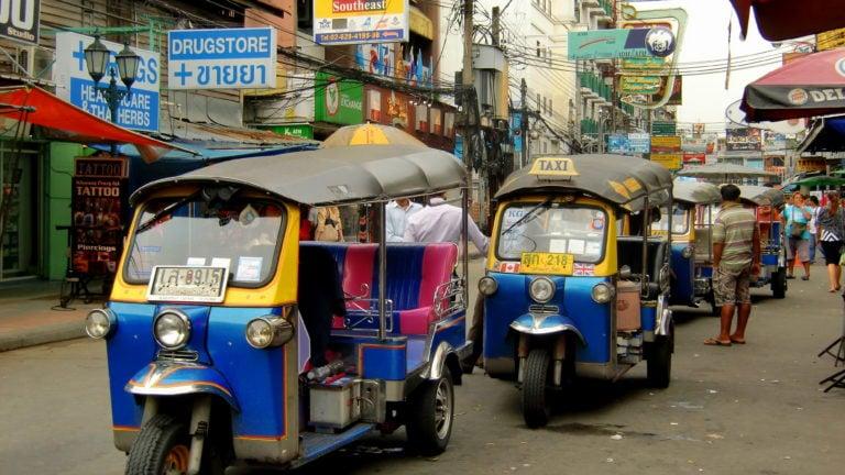 Tuk Tuks in der Khao San Road in Bangkok in Thailand