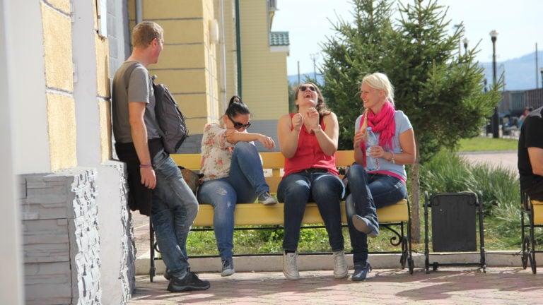 Matt, Maria, Verena und Birte beim Warten auf den Zug
