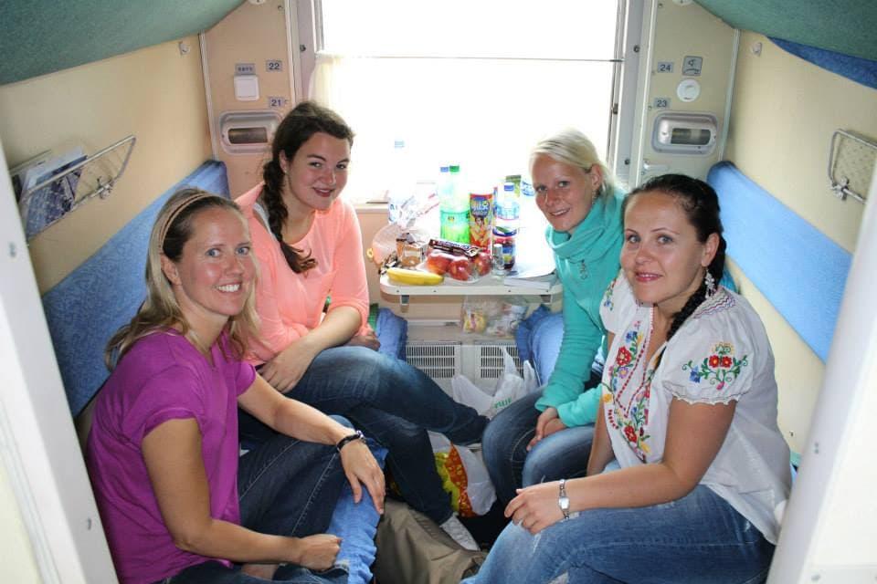 Marie, Verena, Birte und Maria im Abteil der Transsibirischen Eisenbahn