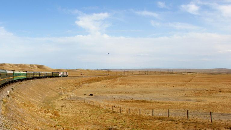 Die Transsibirische Eisenbahn fährt durch die Steppe in der Mongolei
