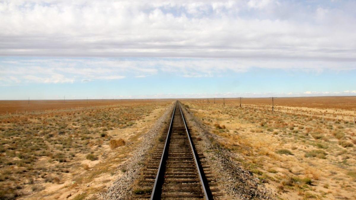 Die Strecke der Transsibirischen Eisenbahn führt durch die Steppe