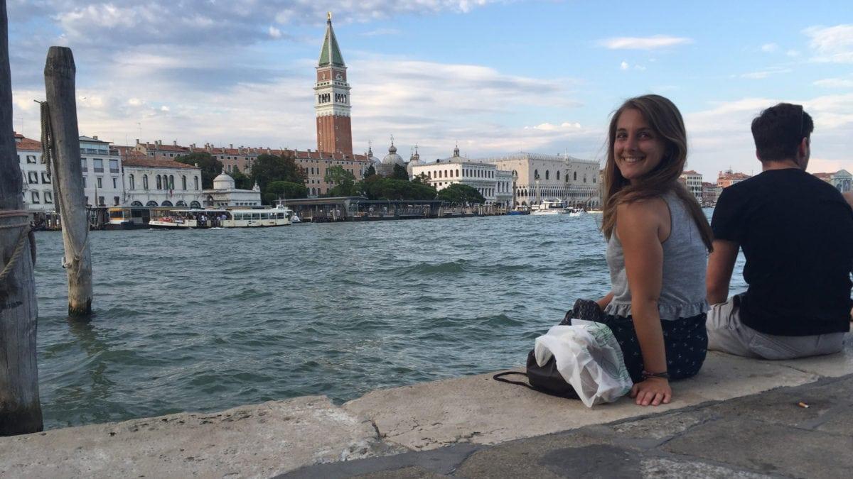 Julia am Ufer eines Kanals in Venedig