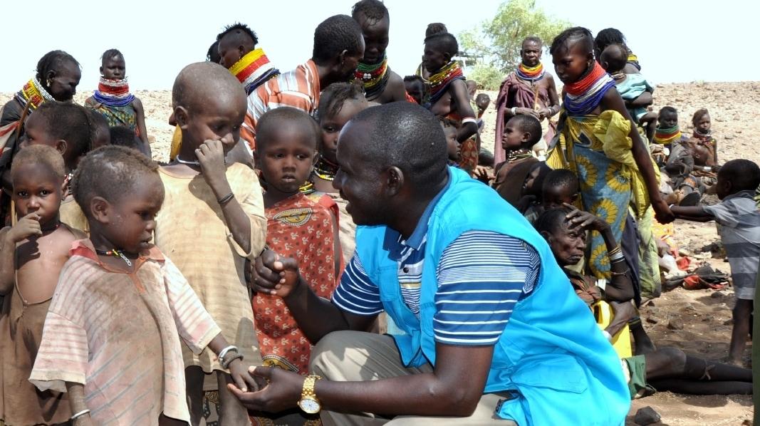 UNICEF: Entwicklungshelfer mit Kindern